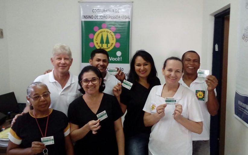SINTRACOOP MEDIO NORDESTE DISTRIBUI CARTEIRINHAS DE ASSOCIADO AOS TRABALHADORES